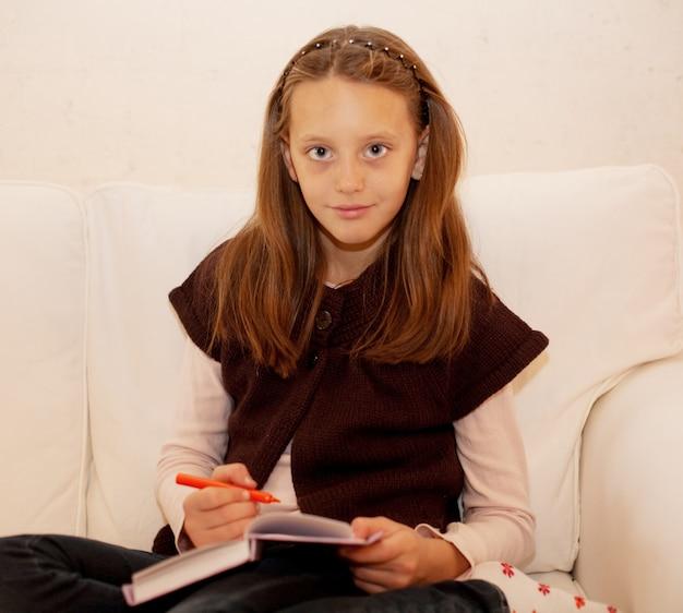 自宅で絵画かわいい女の子