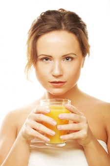 Женщина изолированных выстрел пить апельсиновый сок