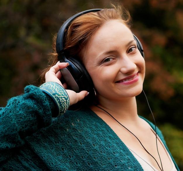 Наслаждаться музыкой в осеннем парке