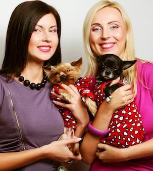 犬の服を着ている女性