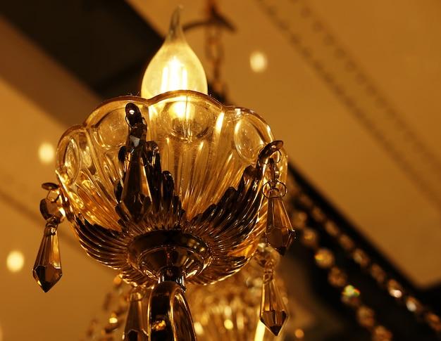 店内の天井ランプ、シャンデリアの写真をクローズアップ