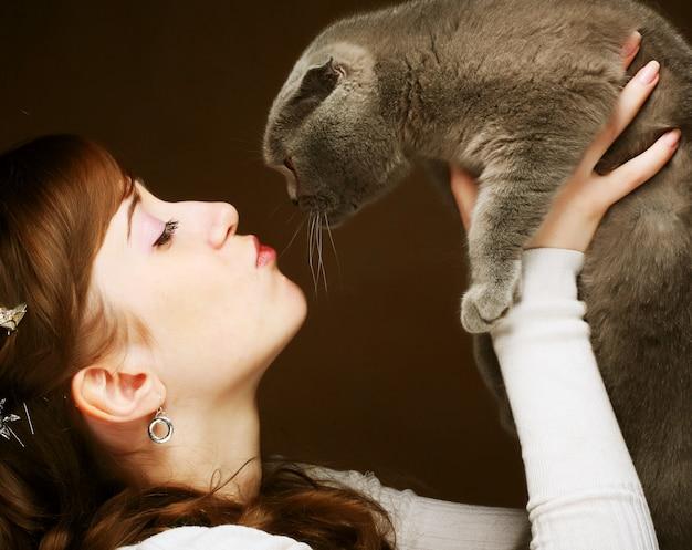 Молодая женщина с шотландской вислоухой кошкой