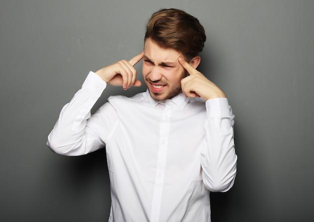 Концепция образа жизни, бизнеса и людей с бизнесменом подчеркнул беспокойство головной боли давления