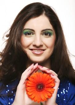 Женщина с цветком гербер