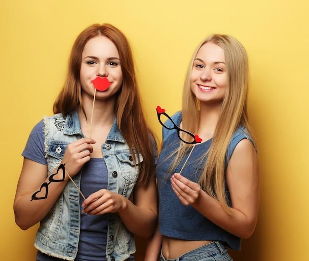 Стильные сексуальные хипстерские девушки лучшие друзья готовы к вечеринке.