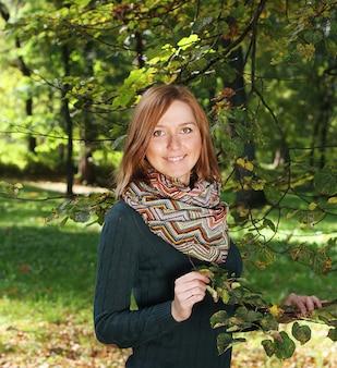 秋の公園でのファッションの女性