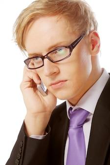 メガネを掛けた若い男は、モバイルを使用