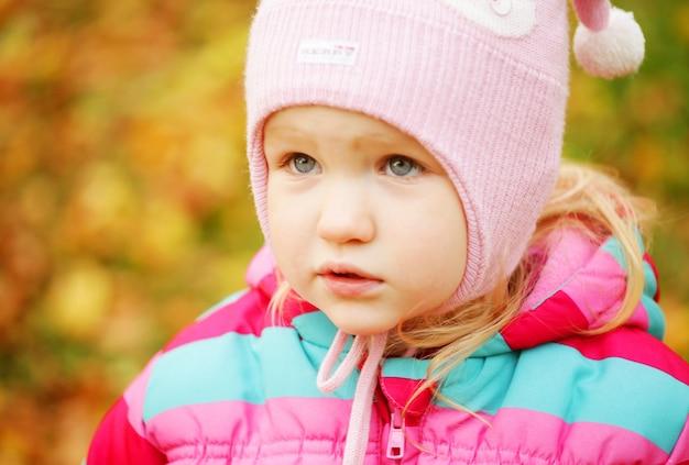 秋の公園で子供