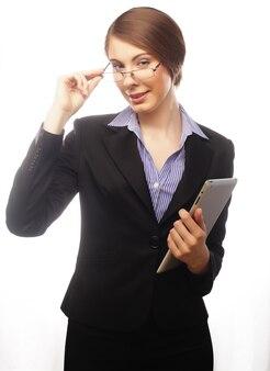 Бизнес женщина, держащая планшетный компьютер