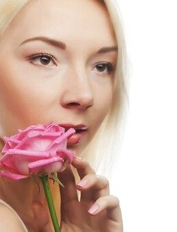 Молодая женщина с розовой розой