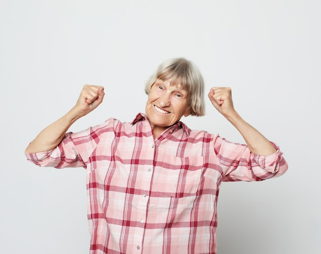 ライフスタイルと人々の概念:陽気な祖母の肖像画