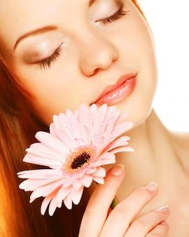 Красивая молодая женщина с цветком гербер