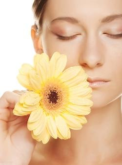 ガーバーの花を持つ女性