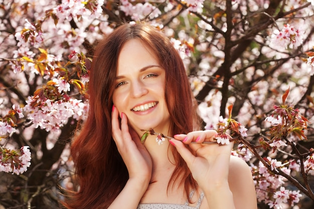 ライフスタイルと人々花の庭で美しい女性