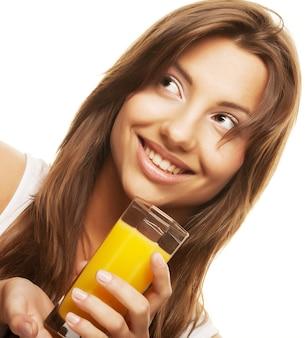 オレンジジュースを飲む女性をクローズアップ