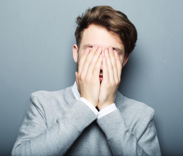 恐れていると何かの怖い青年実業家の肖像画