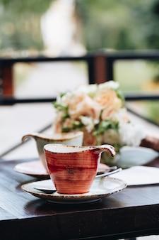 オープンエアのカフェでテーブルの上のコーヒーカップ