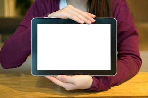Женщина с помощью планшета в кафе