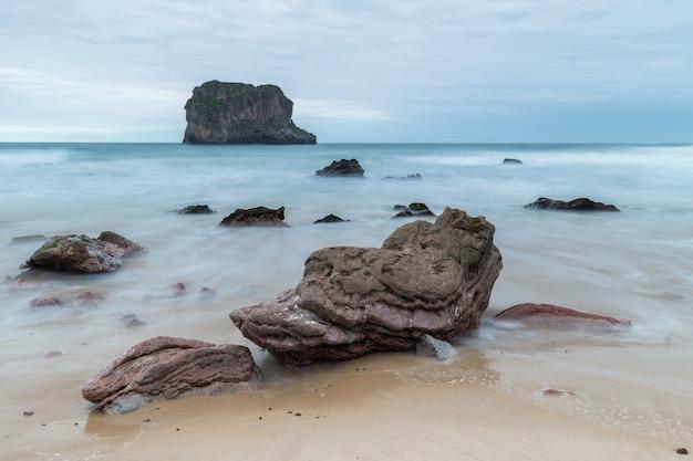 Пейзаж на пляже баллота. астурия. испания.