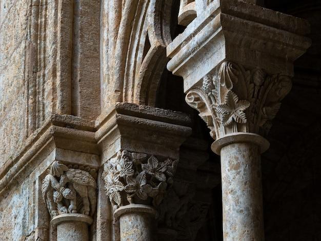 大聖堂の回廊のロマネスク様式の詳細