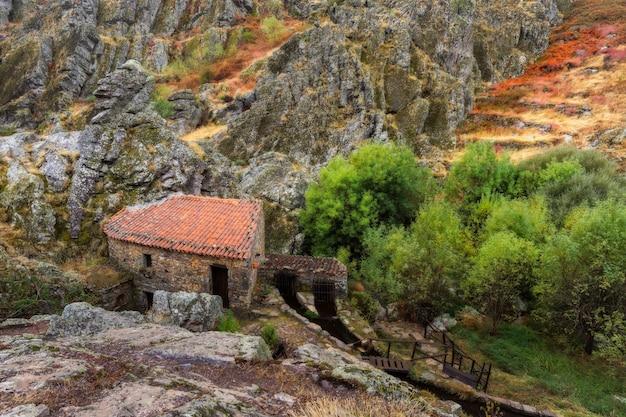 Старая водяная мельница. снято в геопарке пенья гарсия. португалия.