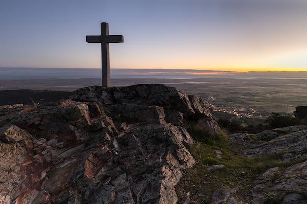 シエラデフエンテスの隣の手前にある十字架の夜明け。スペイン。