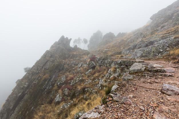 ペンハガルシアの霧のある風景。ポルトガル