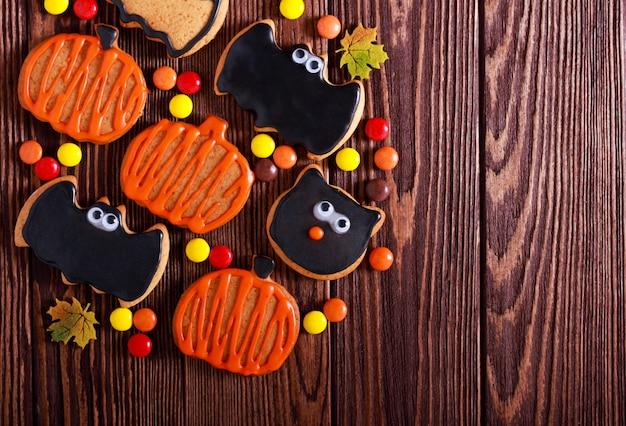Хэллоуин печенье на темный деревянный стол