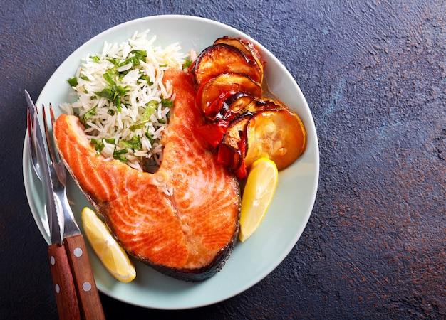 Стейк из лосося, рисовая и овощная запеканка