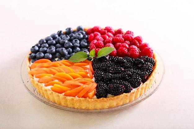 Ассорти из ягод и фруктовый пирог