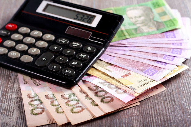 コインとグリブナ紙幣、電卓付き