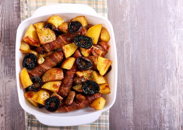 Колбаски, картофель и грибы запекать в жестяной банке