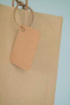 タグ付き茶色の袋