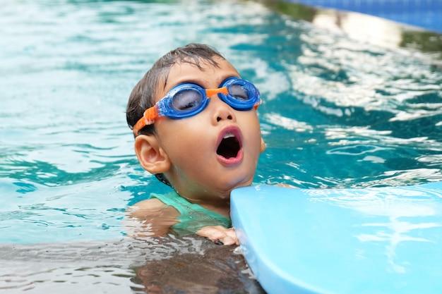 プールで遊ぶアジアのかわいい男の子