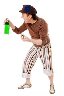 Холодный молодой человек с зеленой бутылкой