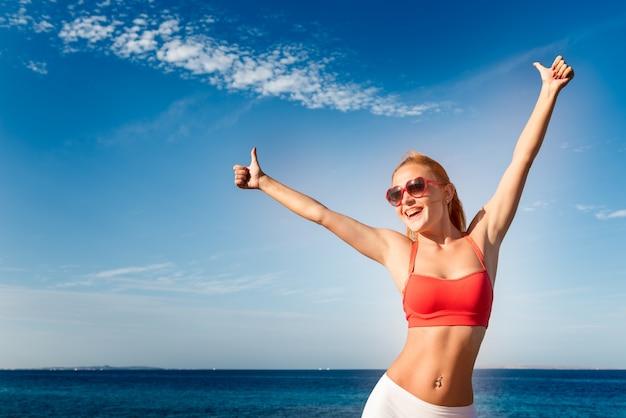 Веселая молодая женщина на море
