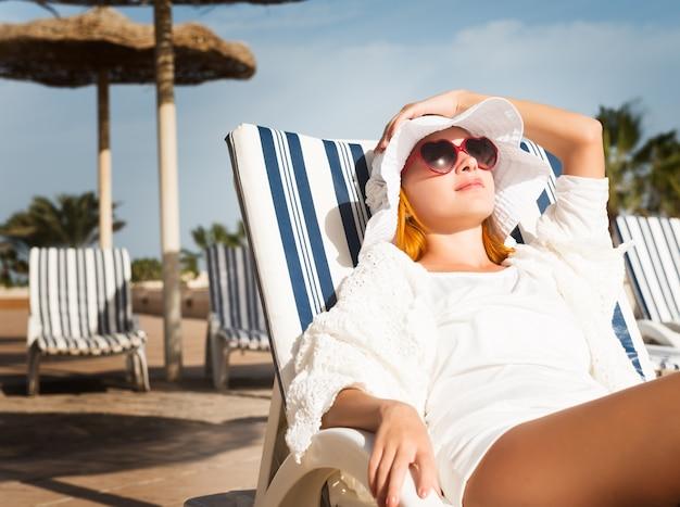 太陽を楽しむ若い女性