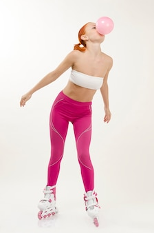 Молодая красная женщина на роликовых коньках