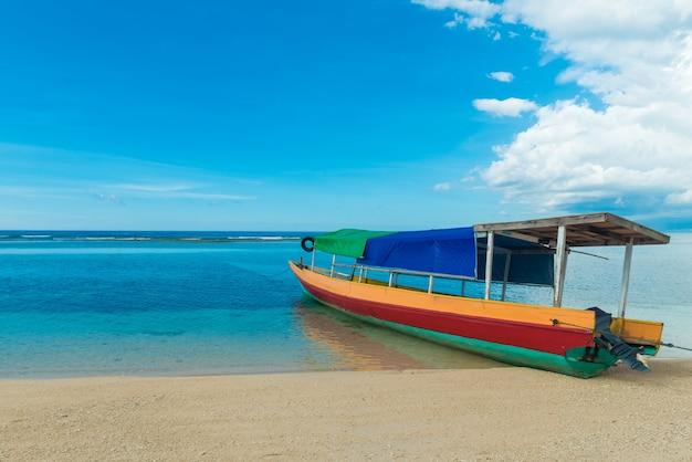 伝統的なインドネシアの漁船