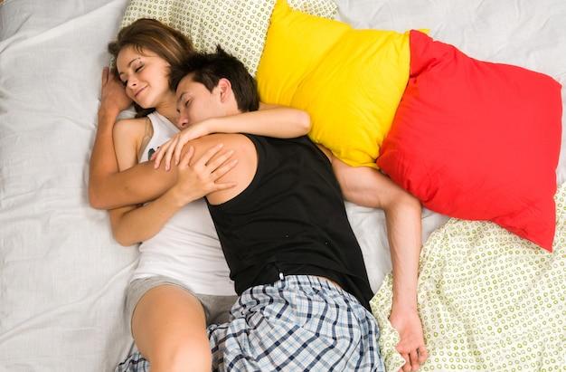 ベッドで幸せなカップル