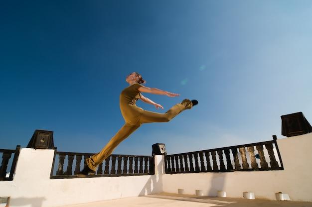 ヨガダンサーを飛び跳ねる