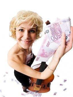たくさんのお金を持つ熱いブロンドの女の子