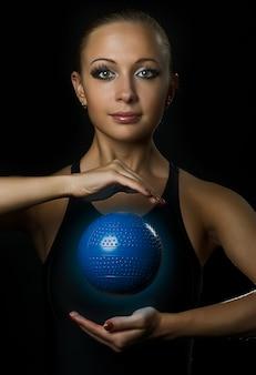 魔法のボールを持つフィットネス少女