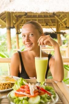 Женщина, едят здоровый обед
