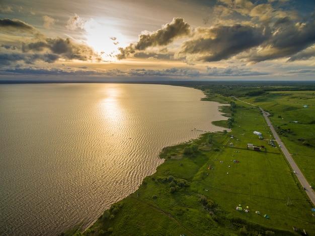 夕日の美しい湖 - 空中展望