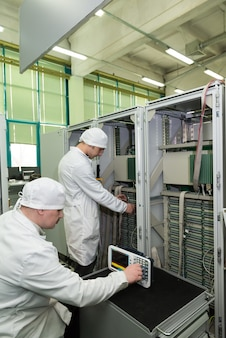 ハイテク工場での電子部品の生産