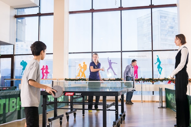 Люди, играющие в пинг-понг