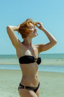 Красивая женщина на пляже