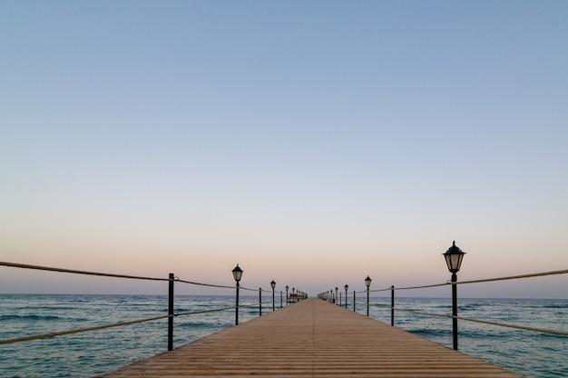 静かな木製の桟橋