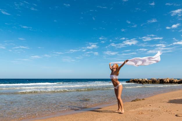 Беззаботная девушка на пляже